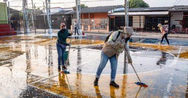 cómo limpiar y desinfectar el área de juegos del parque