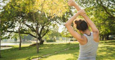 beneficios de tomar el sol en el parque